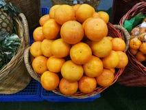 Dutzend der Orange im Korb im Supermarkt, Stapel der Orange im Markt, Draufsicht Stockfotos