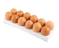 Dutzend von Eiern in einem Kasten lokalisiert Lizenzfreies Stockbild