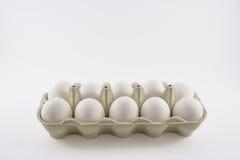 Dutzend weiße Eier in einem Kasten lokalisiert Lizenzfreie Stockfotos