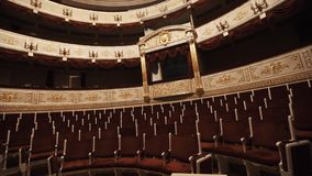 Duur balkon in concertzaal, lege stoelenrijen, rode draipings stock videobeelden