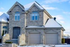 Duur huis in sneeuw stock afbeeldingen