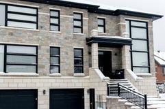 Duur huis in sneeuw, Montreal royalty-vrije stock afbeelding