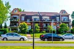 Duur oud huis met reusachtige vensters in Montreal Stock Afbeelding