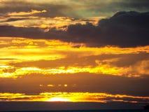 duur van de lijn donkere wolk van de zonlicht achterhoop over overzees Royalty-vrije Stock Afbeelding