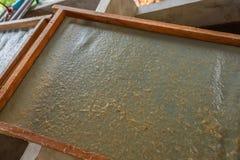 Duurzaam die Document uit het drogende rek van de olifantsmest wordt gemaakt stock afbeelding