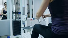 Duurzaamheid van lichaam, Sterke vrouw het spelen sporten in gymnastiek stock footage