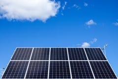 Duurzame energie/elektriciteit Een groot zonnepaneel stock foto
