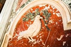 Duva av fred Denna är beståndsdelen av basilikan för dekorSt Peter ` s royaltyfria foton