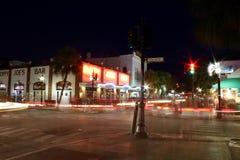 Duval街在晚上基韦斯特岛佛罗里达 免版税库存图片