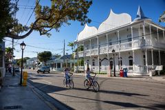 Duval gata i i stadens centrum Key West Royaltyfria Bilder