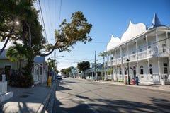 Duval gata i i stadens centrum Key West Arkivfoton