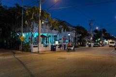 Duval gata på natten, Key West, FL Arkivfoto
