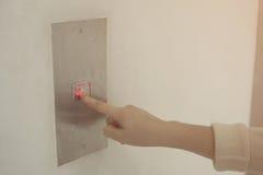 Duwende knoop Close-up van vrouwelijke hand duwende knoop van lift Stock Foto