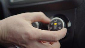 Duwende knopen en draaiende schakelaars in auto stock video