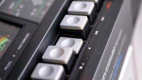 Duwende Spelknoop op een Uitstekende Bandrecorder Transistor retro radio stock footage