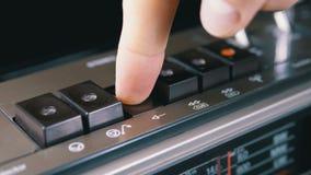 Duwende Spelknoop op een Uitstekende Bandrecorder Transistor retro radio stock video