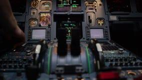 Duwhefbomen van een tweeling motorig lijnvliegtuig Duwhefbomen op het controlebord van het centrumvoetstuk Schakelaars en wijzerp stock video