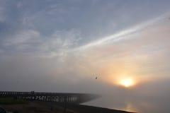 Duxbury ` s粉末在雾的点桥梁在日出 免版税库存图片