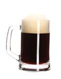Duży kubek folujący z piwem. Obrazy Royalty Free
