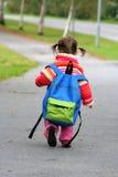 duży plecak dziewczyny, mała Zdjęcie Royalty Free