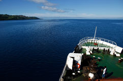 Duży statek iść wzdłuż Vanua Levu wyspy, Fiji Obrazy Stock