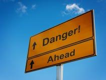 Duży żółty ostrzegawczy drogowego znaka niebezpieczeństwo. Zdjęcia Royalty Free