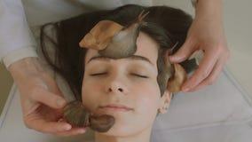 Duzi ślimaczki na twarzy Młoda kobieta przy zdrojem otrzymywa twarzowego masaż z ślimaczkami Achatina Ślimaczki jedzą nieżywą skó zbiory