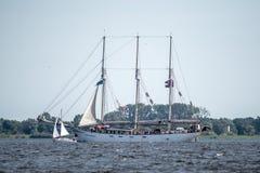 Duzi żeglowanie statki żegluje folował morze po tym jak finał Wysocy statki Ściga się 2017 w Stettin na 05 Trzebiez Polska, Sierp Zdjęcia Royalty Free