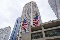 Duzi budynki i USA flaga w - 6, 2017 - Zdjęcie Royalty Free