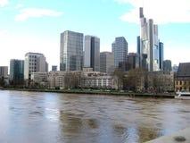 Duzi budynki obok rzeki w Frankfurt mie?cie, Niemcy obraz royalty free