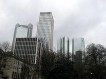 Duzi budynki obok rzeki w Frankfurt mie?cie, Niemcy zdjęcia stock