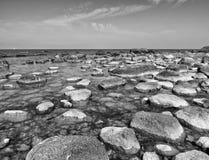 Duzi głazy w brzeg w gładkim falistym morzu linia brzegowa kamienista Zdjęcia Stock