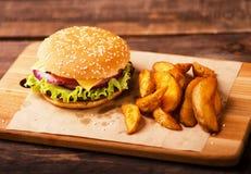 Duzi hamburgeru i francuza dłoniaki zdjęcie royalty free