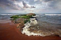 Duzi kamienie przy oceanem Zdjęcia Stock