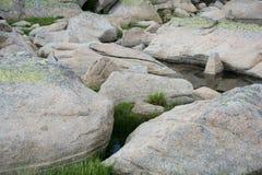 Duzi kamienie w halnym jeziorze Zdjęcia Stock