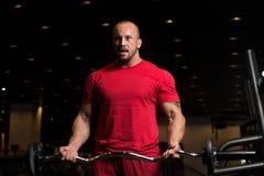 Duzi mężczyzna ćwiczenia bicepsy Z Barbell Fotografia Royalty Free