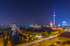 Duzi miast światła - nocne niebo nad Berlin Zdjęcia Stock