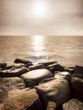 Duzi mokrzy głazy w brzeg w gładkim falistym morzu Kamieniści wybrzeży igrania fala Zdjęcie Stock