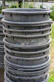 Duzi plastikowi ogrodnictwo zbiorniki brogujący na each inny fotografia royalty free