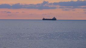 Duzi statki ładujący z ładunku żeglowaniem przy zmierzchem, towary eksportują, Czarny Denny handel zbiory wideo