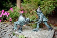 Dvärg- gnom för miniatyr i botanisk trädgård på det Ostrow Tumski området av Wroclaw, Polen royaltyfri fotografi