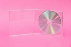 DVD in der Klarsichtschachtel auf rosa Hintergrund Stockfotografie