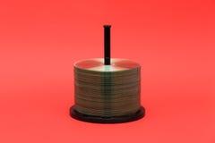 DVD-Disketten und -gehäuse mit rotem Hintergrund Stockfoto