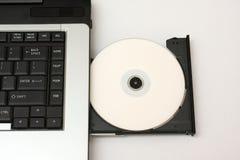 DVD oder CD, die in Laptop geladen werden Lizenzfreie Stockfotografie