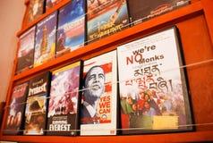 DVD sobre viaje y cultura nepaleses y líder americano en el shelt en la tienda en la ciudad de Pokhara, Nepal fotos de archivo