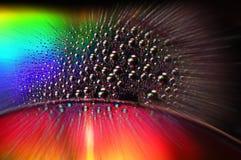 DVD- und CD-Diskette mit Wassertropfen färben Hintergrund Stockfoto