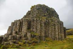Dverghamrar hav eroderade basaltiska kolonner Arkivbild