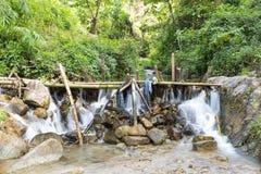 Déversoir ralentissant l'écoulement d'eau Images libres de droits
