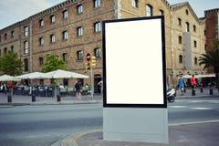 Dvertising åtlöje för Ð- upp tomt baner i storstads- stad på den härliga soliga dagen royaltyfria bilder