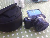 Dvertising εικόνα Ð  για τη κάμερα Sony με ένα πορτοφόλι στοκ φωτογραφία